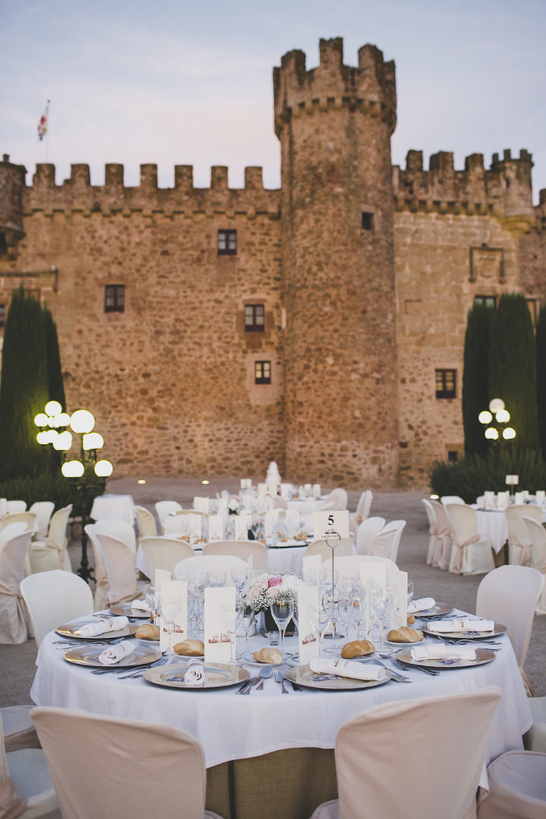 cena en fachada de boda civil religiosa ermita Decoracion boda civil Castillo de las Arguijuelas